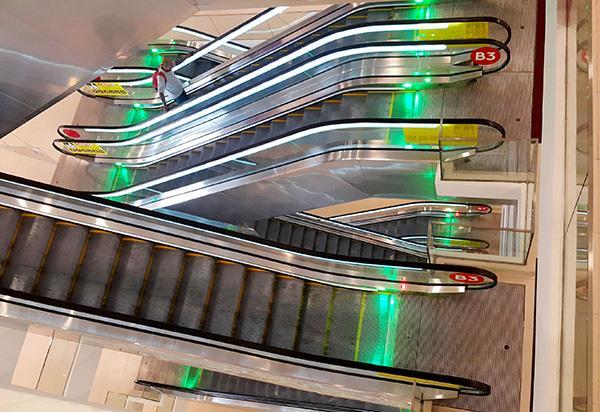 Eskalator di Tempat Letak Kereta di Terminal Bas Awana