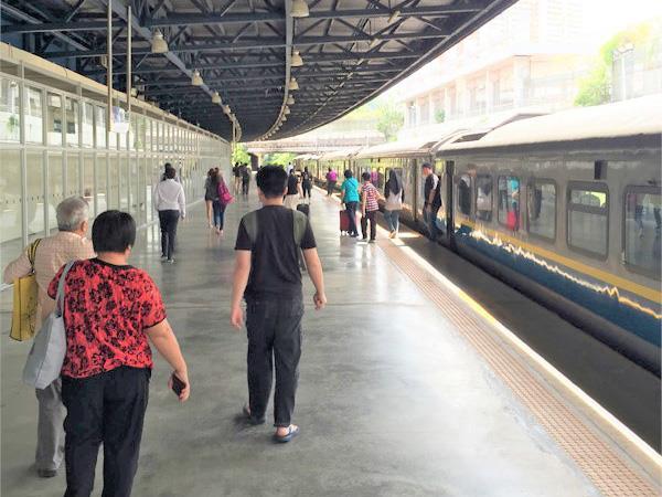 Orang Awam di Platform Keretapi JB Sentral